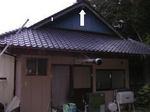 キイロスズメバチの巣が瓦屋根のむこうの軒下にありました(福島県田村市、2008年10月上旬).jpg