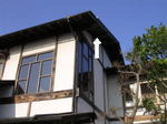キイロスズメバチの巣は高〜い旅館風のしゃれた建物の軒下にありました(福島県田村郡、2008年、10月上旬).jpg