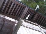 キイロスズメバチの働き蜂たちが天井裏の巣へゆく出入り口、軒下の板壁のすき間(福島県田村市、2008年10月下旬).jpg