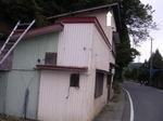 通学・通勤のメイン道路の歩道真上にある2階軒下のキイロスズメバチの巣(福島県石川郡、2008年9月下旬).jpg