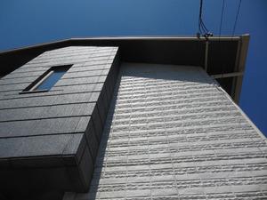 アシナガバチの巣が高い軒先に 喜多方市、8月上旬