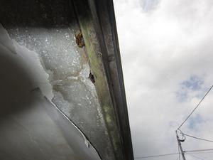 キイロスズメバチが玄関の軒先の穴から出入り 会津若松市、7月中旬.jpg