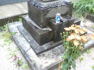 キイロスズメバチの巣があったお墓(福島県田村市、2010年9月下旬).jpg