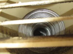 キイロスズメバチの巣が換気口の風洞の奥に 伊達市、2012年.jpg