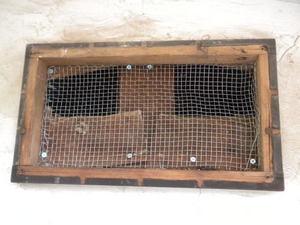 キイロスズメバチ侵入防止で換気口に金網を貼る(郡山市、2010年10月中旬).jpg
