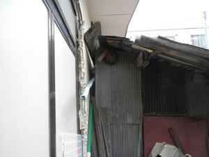コガタスズメバチの巣が留守宅の軒下に(郡山市、2010年10月下旬).jpg