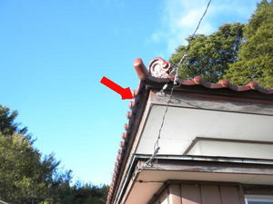 スズメバチが瓦屋根の小さなすき間から出入り(福島県田村市、2010年9月下旬).jpg