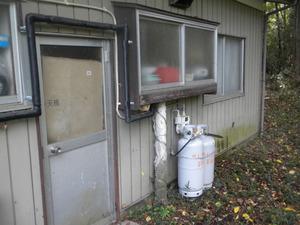 スズメバチの巣が出窓の下に 福島県岩瀬郡、10月31日.jpg