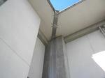 スズメバチの巣が小学校の高い軒天に(福島県岩瀬郡、2010年9月中旬).jpg