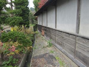 スズメバチの巣が板塀にベッタリと付いています 田村市、10月中旬.jpg