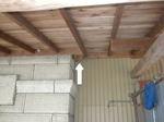 スズメバチの巣が物陰に隠れ、同調色の天井に(郡山市、2010年9月中旬).jpg