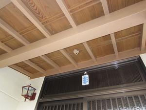 スズメバチの巣が玄関屋根の軒下に いわき市、7月中旬.jpg