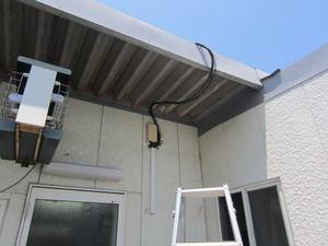 スズメバチの巣が軒下のコードに 郡山市、2012年.jpg