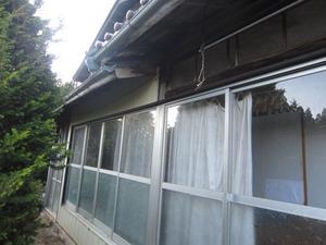 スズメバチの巣は軒下付近の壁の中 田村市、10月中旬.jpg