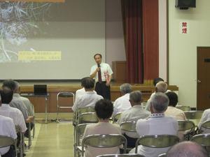 スズメバチの講演前に自己紹介中の大類幸夫 会津坂下町、7月27日