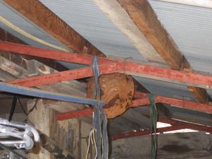 二本松市で洗濯物干し場に作られたスズメバチ(キイロスズメバチ)の巣.jpg