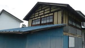 喜多方市で土壁の隙間からスズメバチが出入り.jpg