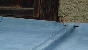 喜多方市で隙間からスズメバチが出入り.jpg