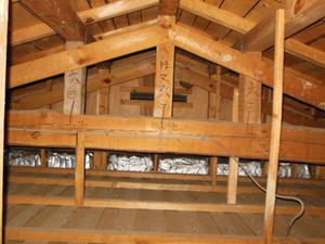 屋根裏のキイロスズメバチの巣は通気口のすぐ上に 郡山市、8月上旬 郡山市、8月上旬