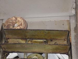 福島市で換気扇の中で挟まったスズメバチの巣.jpg