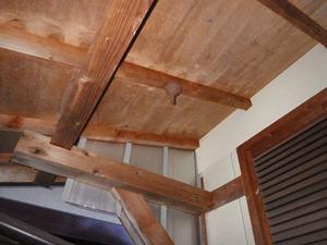 福島市で物置軒下のスズメバチの巣.jpg