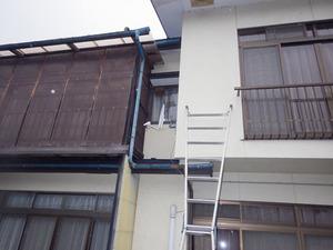 空き家の2階の窓枠に作られた蜂の巣(会津若松市).jpg