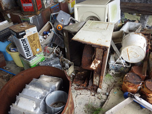 飯館村でスズメバチ駆除-壊れた電気器機.jpg