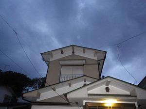 2階の軒下にキイロスズメバチの巣がある家屋の全景(白河市).jpg