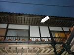 2階軒下のスズメバチの巣(福島県西白河郡、2009年7月下旬).jpg