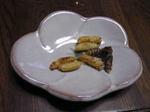 コガタスズメバチを小皿に盛ってみました.jpg