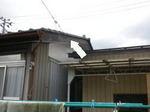 スズメバチが出入りしていた引き込み線用の穴(福島県郡山市、2009年7月下旬).jpg