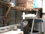 スズメバチが倉庫奥の棚に作った巣(福島県郡山市、2009年7月下旬).jpg