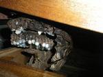 タンスの引き出しのキイロスズメバチの巣(福島県西白河郡、2009年8月上旬).jpg