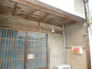 アシナガバチの巣が玄関の表札に 伊達市、8月上旬