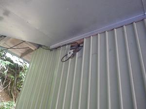 キイロスズメバチが出入りする電気配線を通した壁の穴(三春町、2013年8月24日).jpg