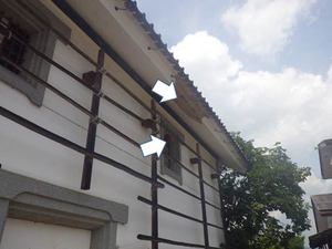 キイロスズメバチが土蔵の軒裏から土蔵の窓に引っ越し中(会津美里町、2013年8月18日).jpg