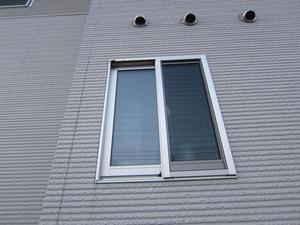 コアシナガバチの巣が窓枠の隅っこに潜む 福島市、7月下旬