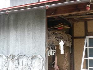 スズメバチが倉庫入り口の棚上のゴザに(福島県田村市、2010年10月上旬).jpg