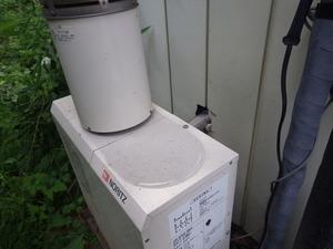 スズメバチが出入りしているという石油給湯器のあたりの様子(田村市).jpg