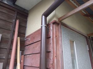 スズメバチが出入りする勝手口の外壁(白河市).jpg