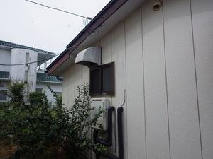 スズメバチが換気扇フードに巣を作っていました(郡山市).jpg