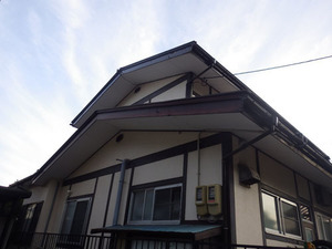 スズメバチが頻繁に出入りしている2階の通気口(福島市).jpg