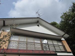 スズメバチが2階の高い軒下に作った巣 喜多方市、10月下旬.jpg