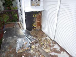 スズメバチの巣があった壁はメチャメチャに破壊(北塩原村、2014年10月1日).jpg