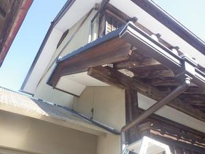 スズメバチの巣がある軒裏天井につながるすき間をタオルでふさいだ状況(田村市).jpg