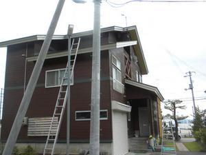 スズメバチの巣が入り組む屋根の死角に 福島県耶麻郡、10月上旬.jpg