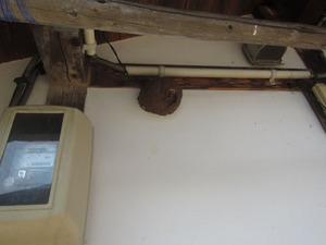 スズメバチの巣が壁にベッタリ 福島県河沼郡、7月中旬