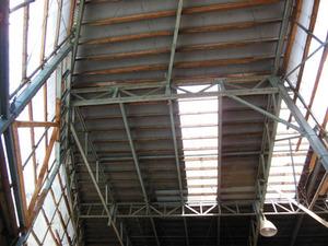 スズメバチの巣が鉄骨ハウスの高い天井に 田村市、7月下旬
