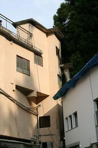 スズメバチの巣が高い建物の軒先に 喜多方市、7月下旬