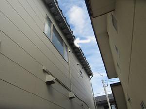 スズメバチの巣が高い軒下に 米沢市、9月中旬_edited-1.jpg